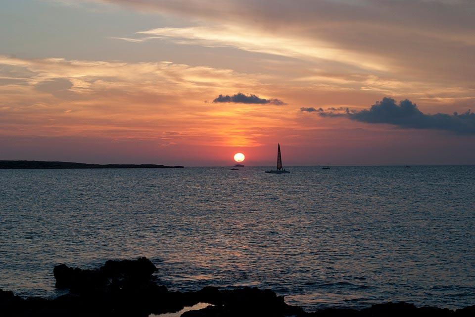 Amanecer en Formentera con Coche de alquiler